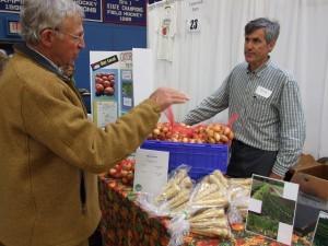 Man-buying-onions-from-Steve-Fulton-Blue-Ox-Farm-FOV09-vff-camera-085-300x225